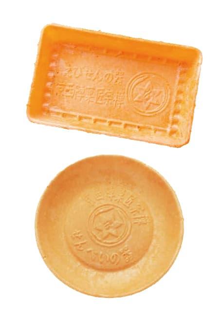海老せんべいで造られた「食べられる器」。菓匠宗禅では様々なあられ・おかき商品の無駄のない環境にやさしい器として活用しています。